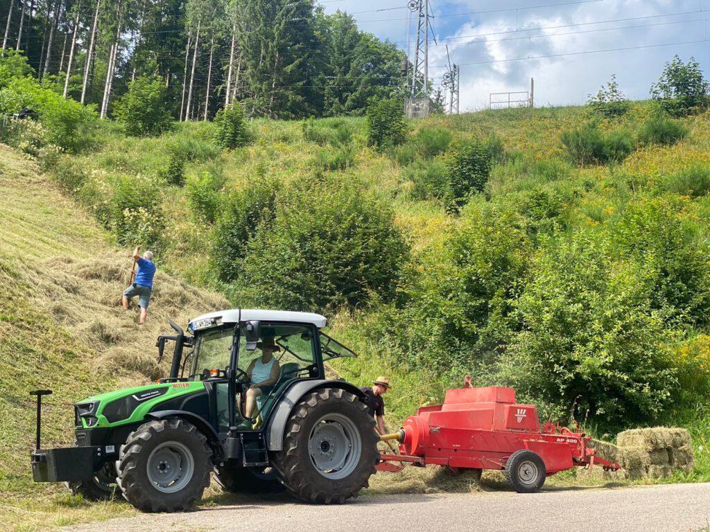 In einigen Teilen Deutschlands wird das Heu auch heute noch von Hand gesenst, gewendet und zur Ballenpresse gebracht. Eine Familienaktion. Hier im Schwarzwald. Foto: J.Hettich